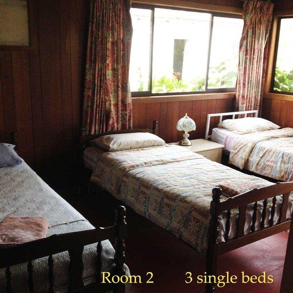 chambre 1 avec 3 lits simples et un côté chambre 2 a un lit dble. 5 couchages non partage privé.