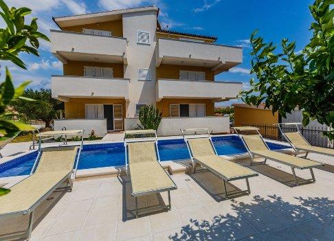 3BR Apt with Pool and 3 terraces in Kastela - II, vacation rental in Kastel Novi