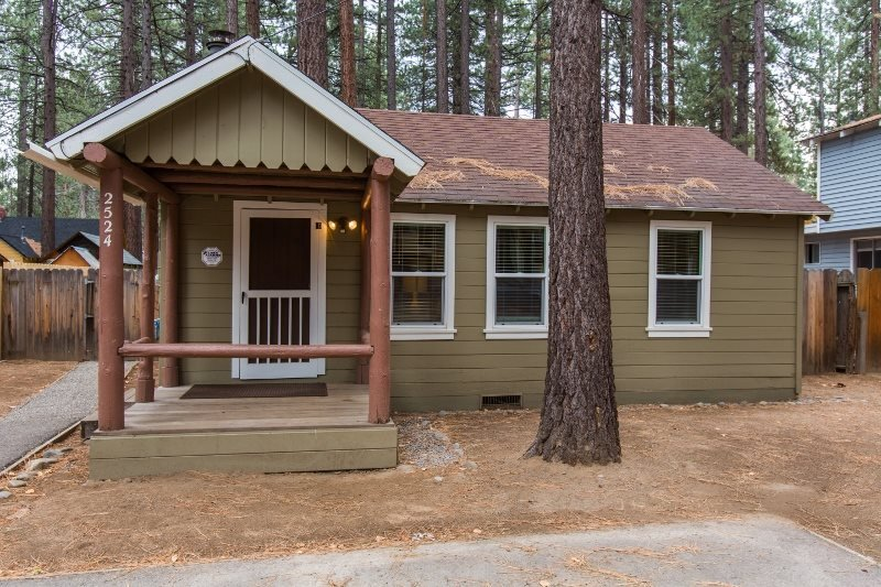 2524K-Newly remodeled cabin, cute and cozy, gas fireplace, two flatscreen TV's, vacation rental in South Lake Tahoe