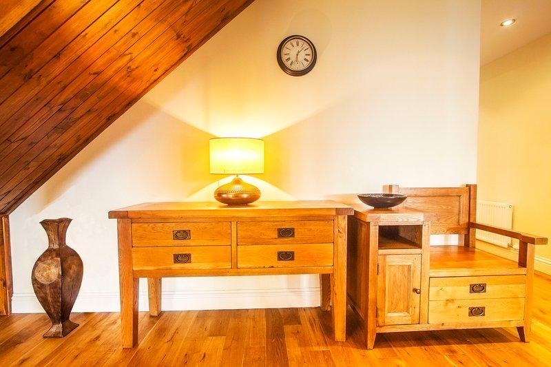 De lichte en ruime Hall. Gerookt eiken houten vloer.