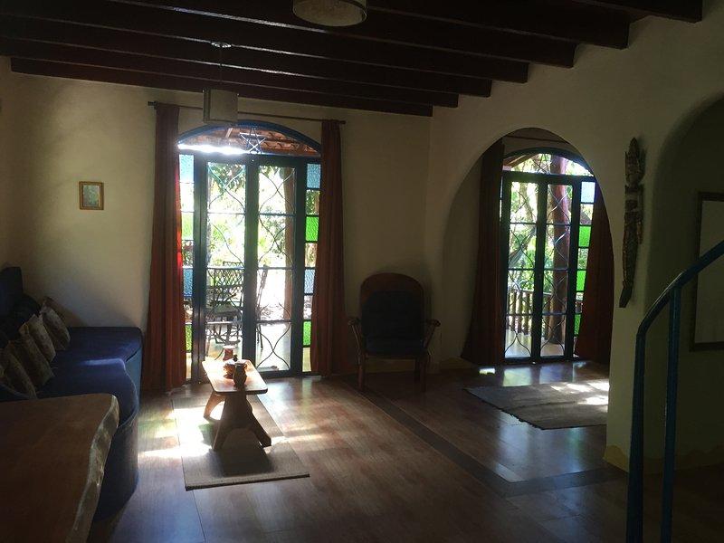 Sala de estar con las puertas de la varanda