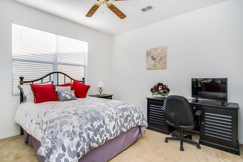 Master Suite 3 (Queen Bed)