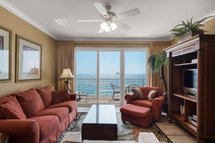 Alle comfort van thuis weg van huis met een uitzicht op de Golf