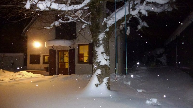Aan de voorzijde van het huis in de winter
