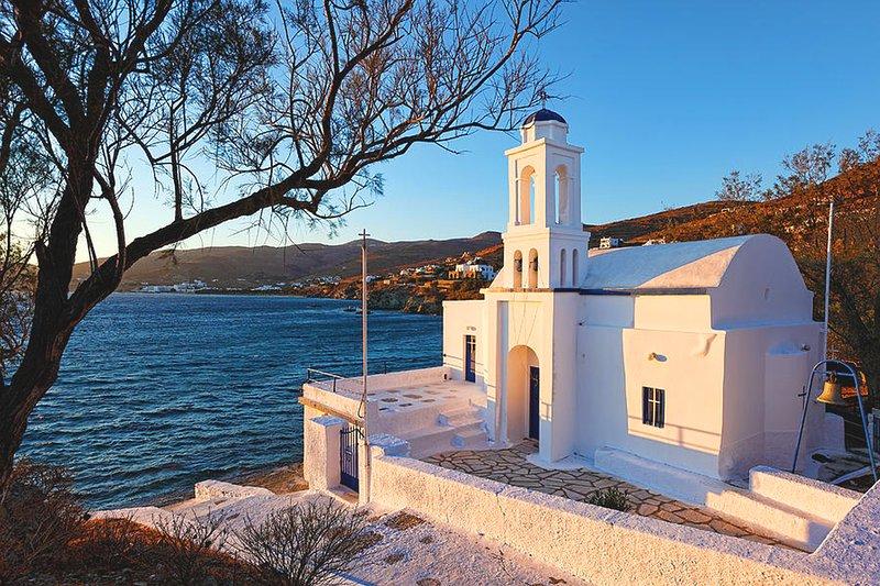 uma das 1.000 igrejas da ilha, apenas na praia