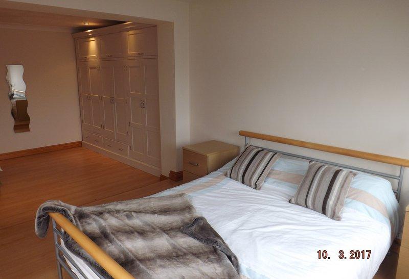 Doppel Aspekt dieses King-Size-Doppelzimmer ist sehr geräumig, Raum für ein mobiles Kinderbett bei Bedarf