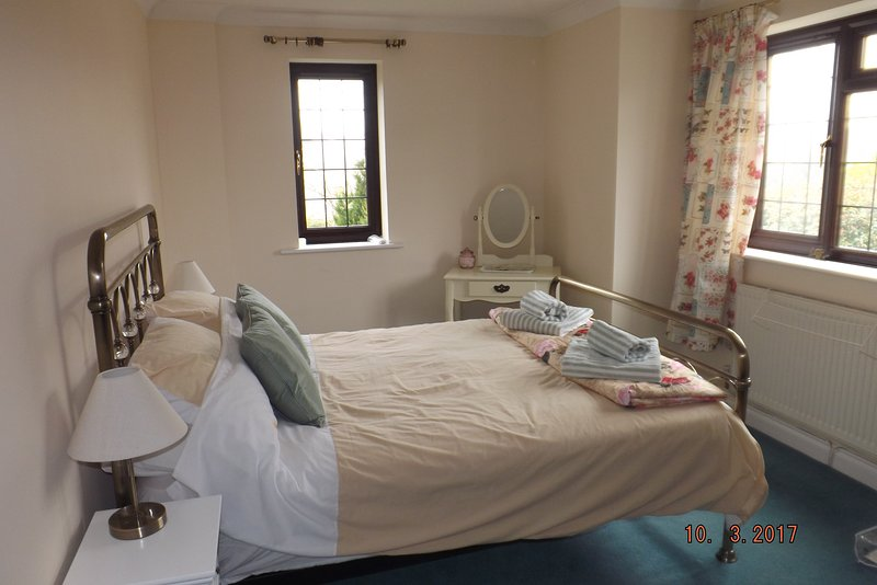 Die kleinste der Doppelzimmer genießt Doppelaspekt nach vorne und zur Seite.