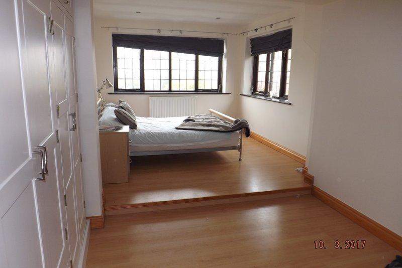 Licht, hell und mit einem modernen Finish dieses riesige Doppelzimmer verfügt über Doppel-Aspekt zum hinteren Garten