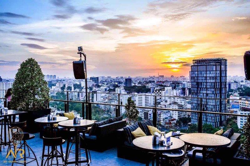 Vista della città dal tetto nel tramonto