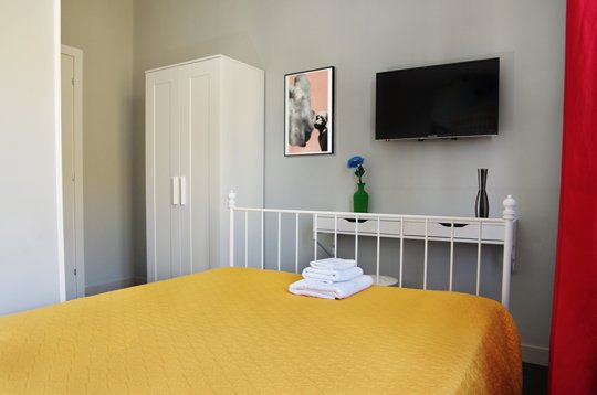Single room with external bathroom Exclusive Use. Queen bed and very comfortable half. LCD TV