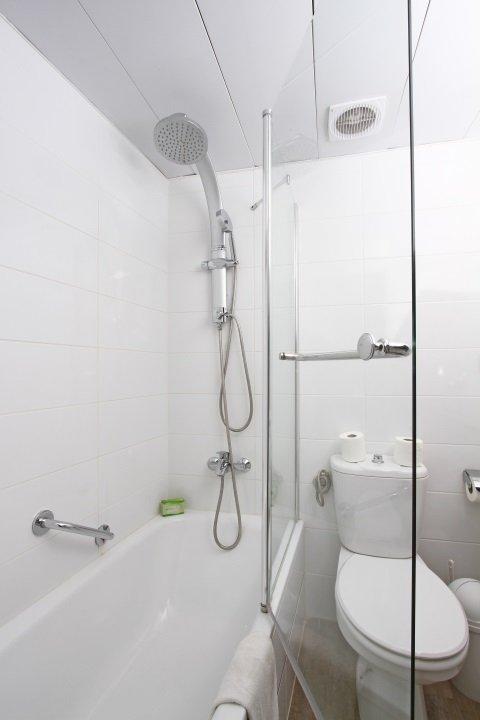 Full Bathroom - bathtub view