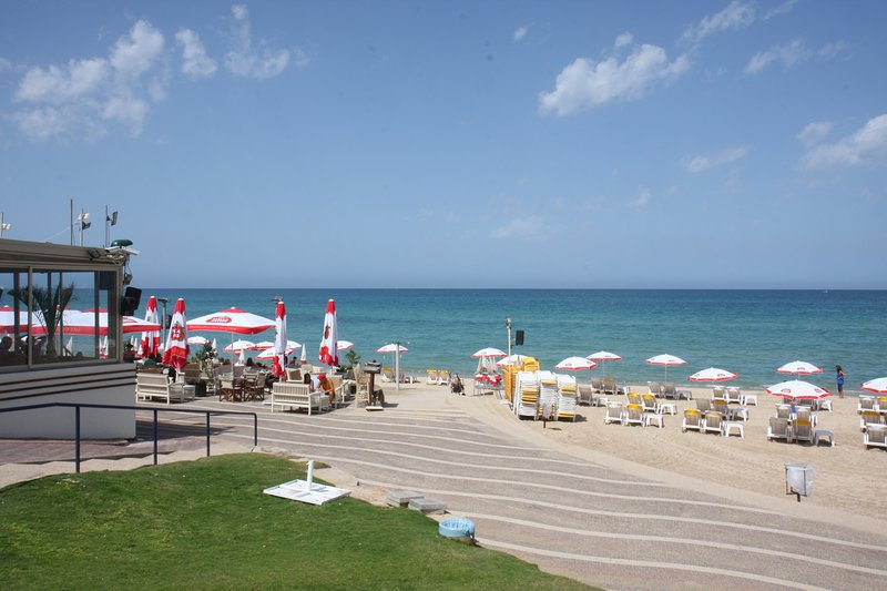 Two bedroom duplex apt located near the beach!, holiday rental in Ra'anana