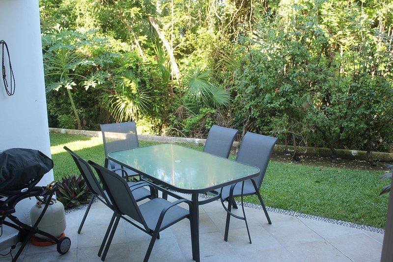 terraza trasera aislada, con parrilla de gas. Sólo los árboles y las plantas son entre el jardín y al campo de golf