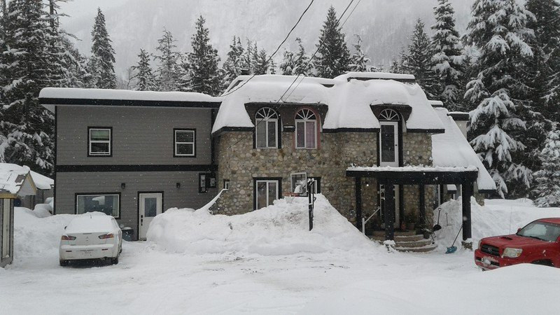 Brand new  guest house! Hot tub! At base  of Boulder  mountain.15 min from Revelstoke Mtn. Resort.