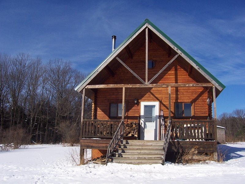 Mountain Queen Log Cabin on 60 acres adjacent Hammond Hill State Forest Trails, location de vacances à Moravia