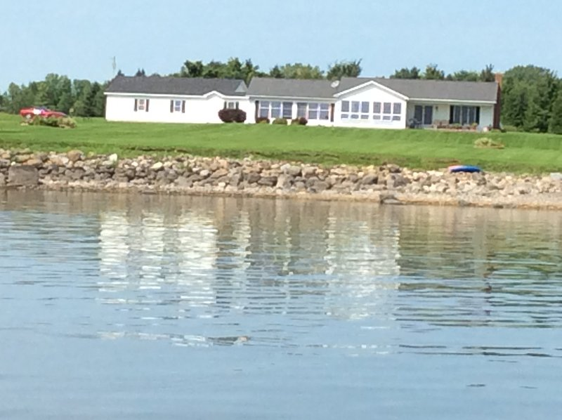 Gorgeous Lake Champlain Home, Direct Lake Access, Mountain Views & Private Beach, holiday rental in Champlain