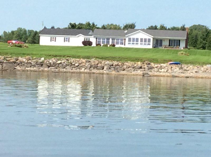 Gorgeous Lake Champlain Home, Direct Lake Access, Mountain Views & Private Beach, alquiler vacacional en Isle La Motte