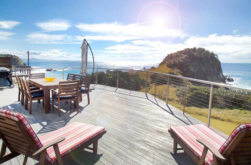 Impresionantes vistas al mar desde la amplia terraza de promontorios de Beach House, Scotts Head.