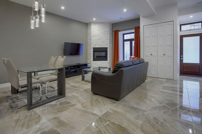 Luxurious Downtown Condo, vacation rental in Saint-Lambert