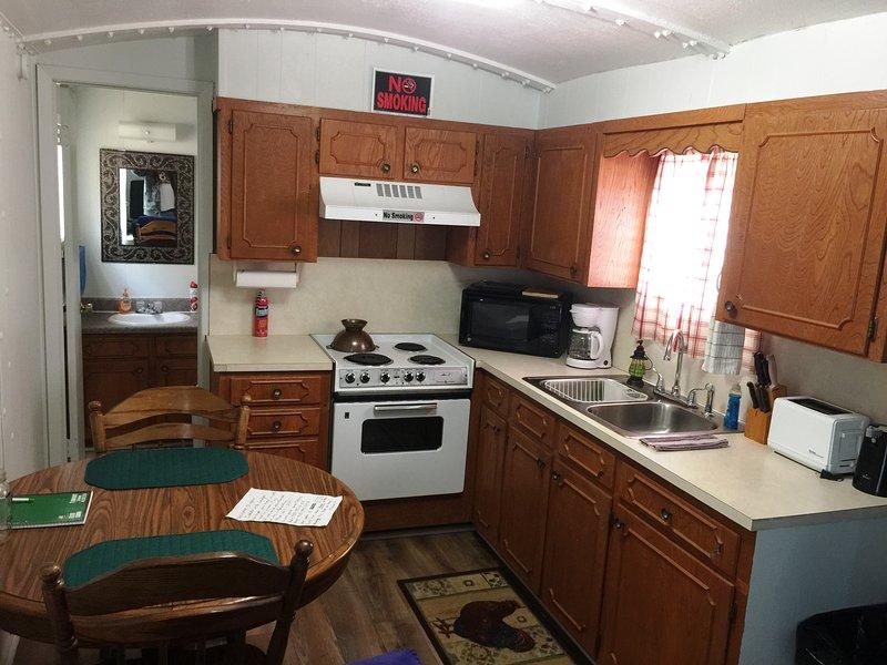 Vagón de cola de cocina, comedor y baño completo. Cocina ha abastecido con lo esencial de cocina necesarios