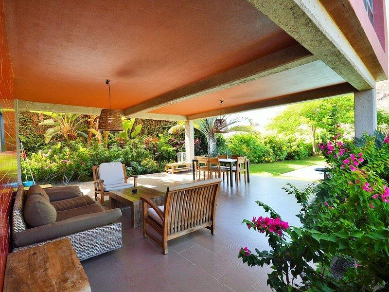 Grande terrazza esterna con abbondanza di spazio per mangiare e rilassarsi. Questo è uno dei tre terrazze