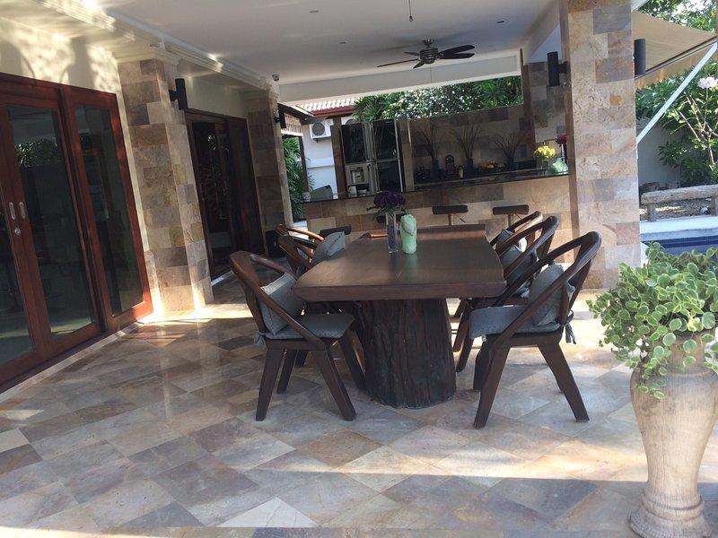 Confortable cuisine extérieure coin salon. Parfait pour tous les repas et profiter de la piscine.