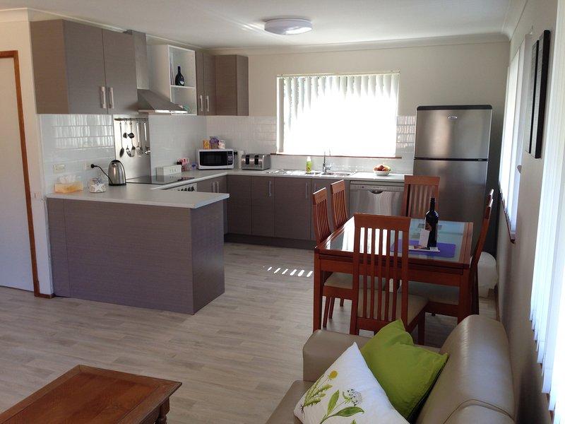 Neue Küche mit Geschirrspüler und Edelstahl-Geräte