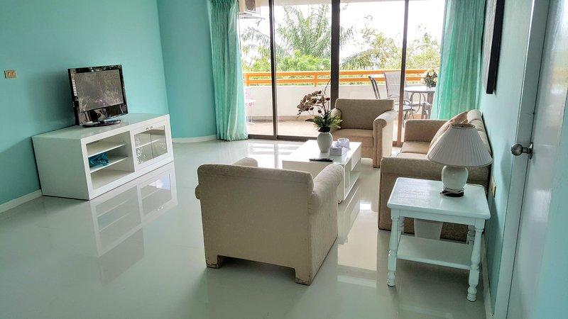A sala de estar são coloridos ainda dá uma atmosfera relaxante e acolhedor, onde pode desfrutar da TV