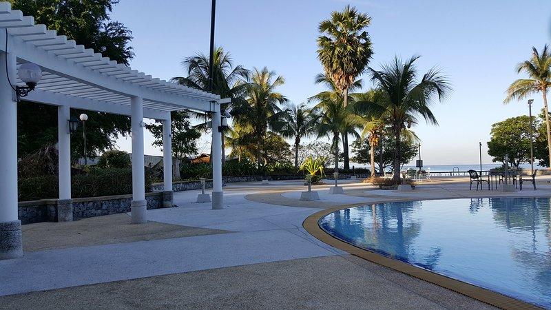 A pé da praia, passando a área da piscina lado do mar.