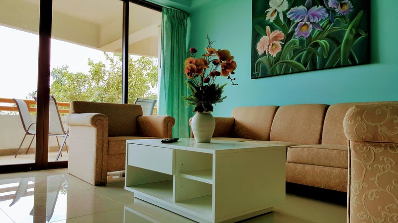 A cor relaxante doce de sofá confortável e sofá-cama na sala de estar aconchegante da casa.