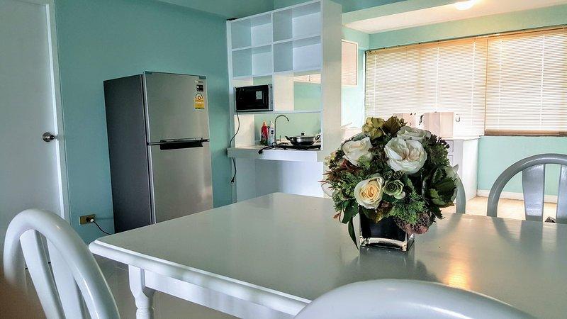 sala de jantar está ligado à cozinha com geladeira nova marca grande o suficiente para toda a família