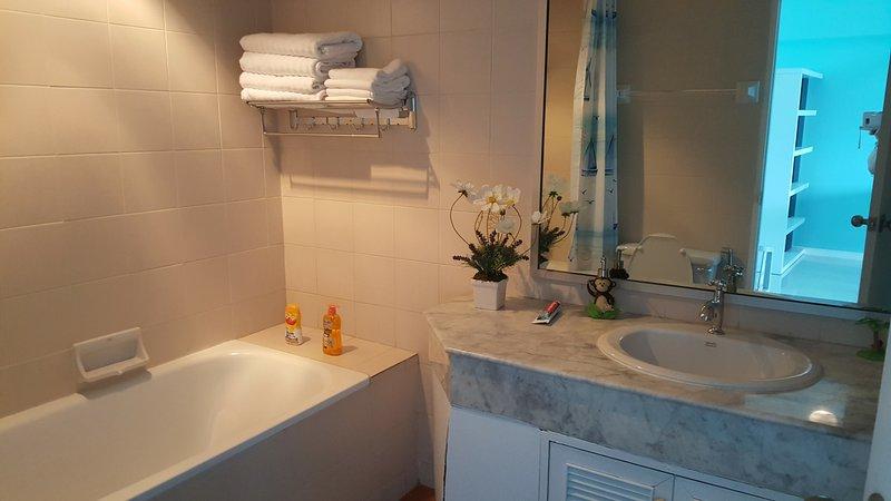 Casa de banho e WC para os visitantes e 2 quartos usando.