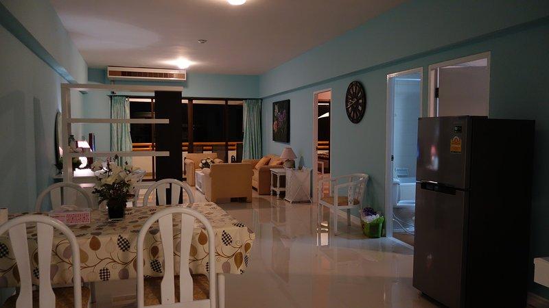 A 135 metros quadrados sala dá uma sensação de enormes espaços acolhedores onde a família e os amigos podem se reunir em casa.