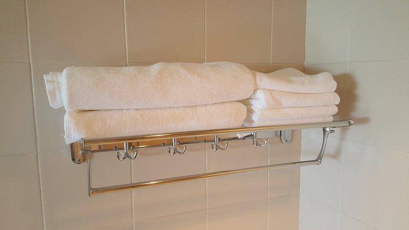 toalhas do corpo e toalhas de cabelo está preparado para 4 pessoas.