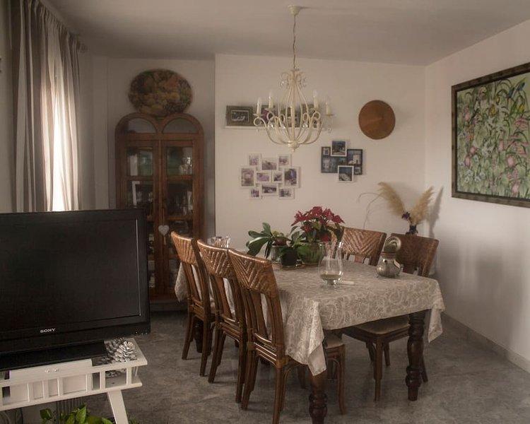 sala de jantar brilhante, com vista para o mar