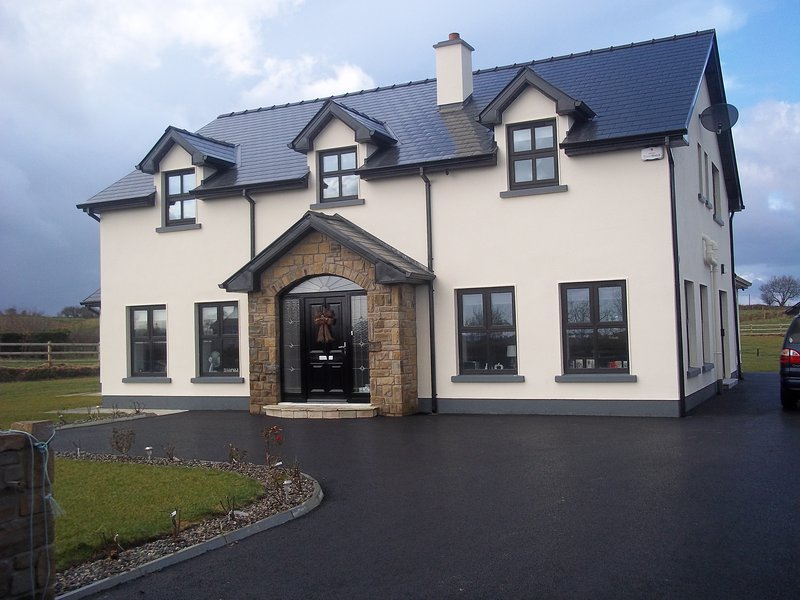 5 BEDROOM HOUSE IN QUIET LOCATION ONE MILE FROM CROSSMOLINA – semesterbostad i County Mayo