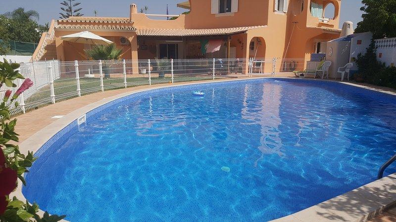 piscina privada grande (15x10 metros) disponible para los huéspedes.