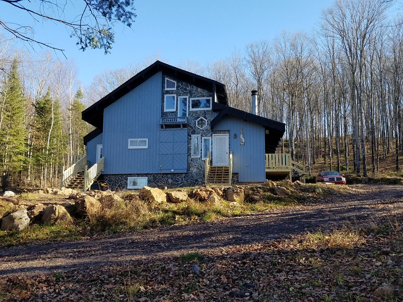 Beautiful Chalet At The Foot Of Ski Brule. Skiing Snowmobiling, Outdoor Paradise, location de vacances à Iron River