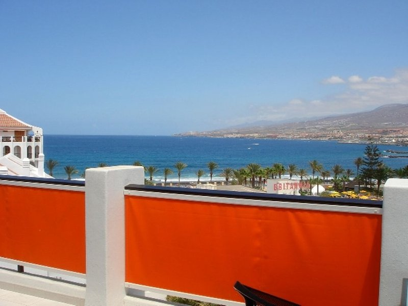 Stunning 3-Bedroom Penthouse with panoramic sea views & AIRCON, holiday rental in Playa de las Americas
