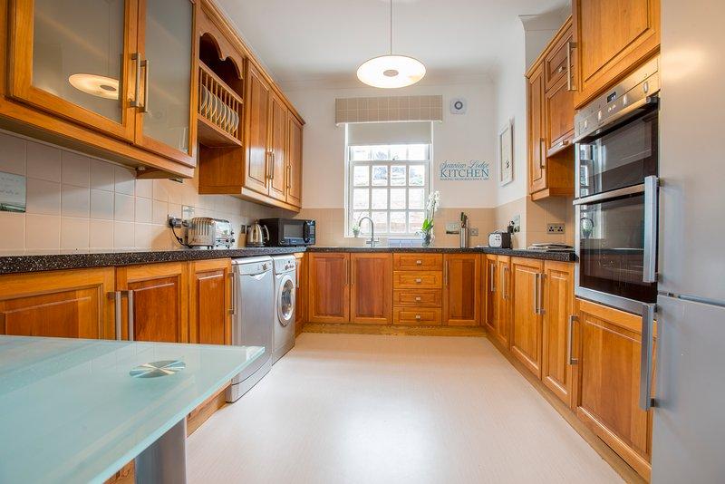 Uma cozinha totalmente equipada com Dualit torradeira e chaleira.