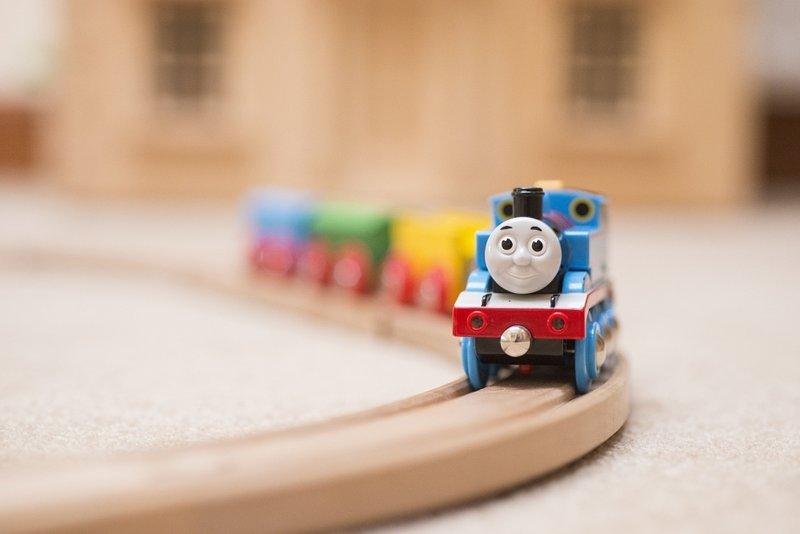 Uma grande variedade de brinquedos, incluindo uma casa de bonecas, estão disponíveis.
