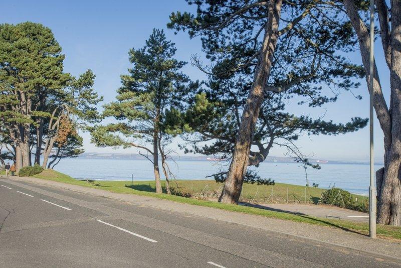 Passeie até à praia e desfrutar de um passeio ao longo das margens do Moray Firth.