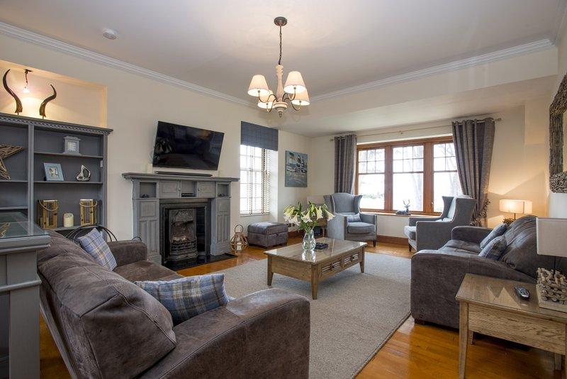 Desfrute do luxo do salão no andar de cima e as vistas panorâmicas sobre o Moray Firth.