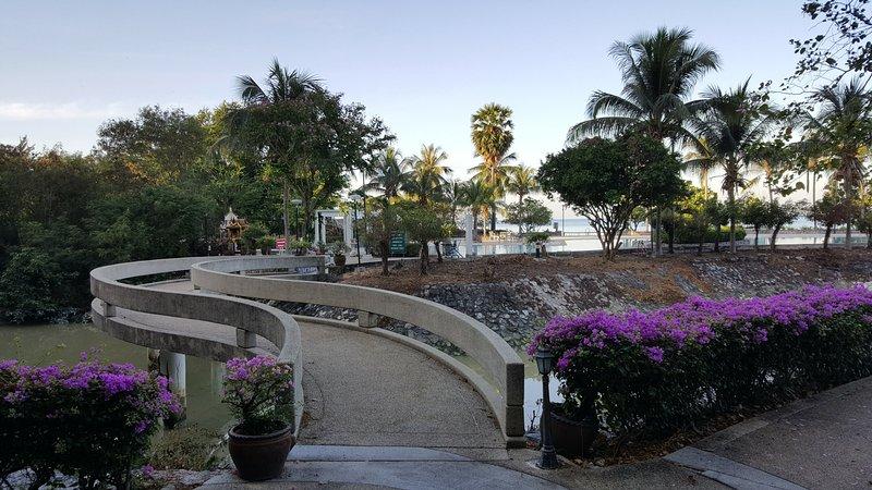 A ponte privada de atravessar a lagoa natural para a piscina e da praia.
