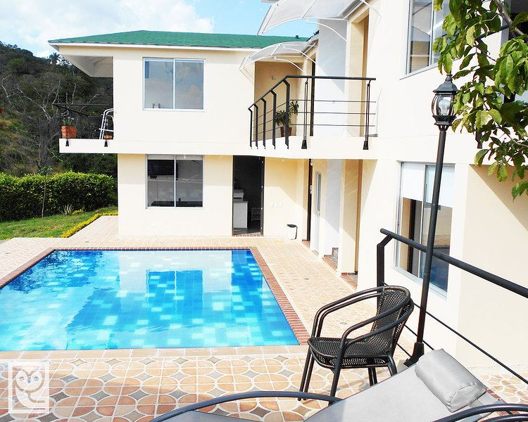 Vista de la casa desde la terraza piscina