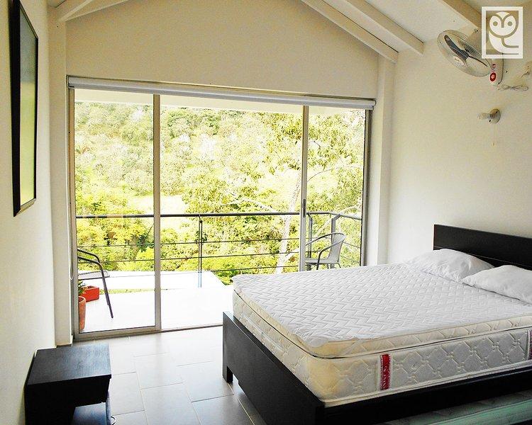 Habitación típica con balcón