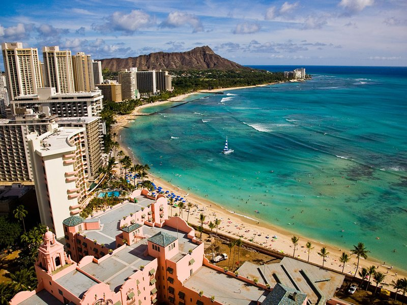 Direct Oceanfront in the Heart of Waikiki! Spectacular New Custom Reno!! – semesterbostad i Honolulu