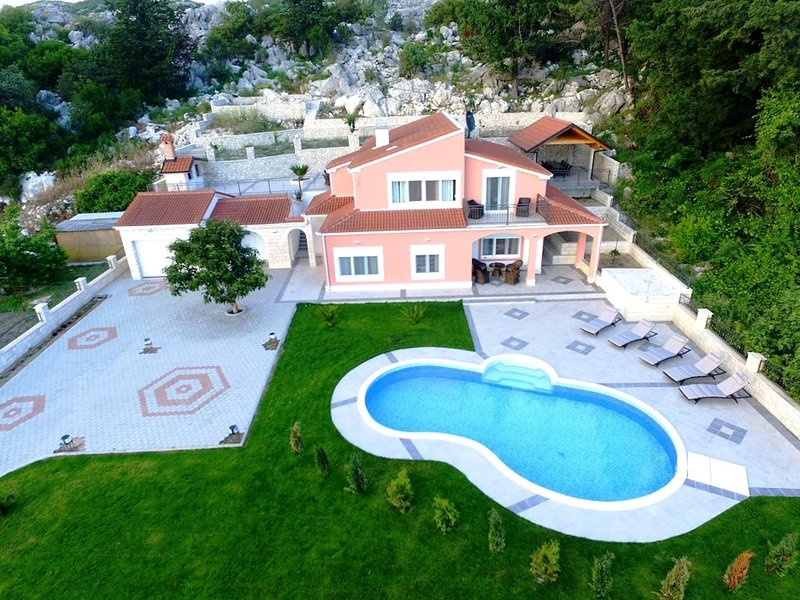 5 stars Rural Villa for 8 pers. with lake view 3 miles from the sea, holiday rental in Otric-Seoci