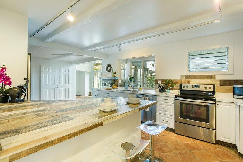 A cozinha recentemente remodelada tem capacidade para três, amplo espaço para cozinhar e agradáveis janelas arejadas throug