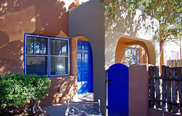 Acogedoras fuera del patio en la puerta de cada casita.